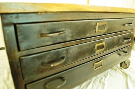 Beautiful 3 drawers, on each side of the table